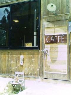 まずはパン屋とカフェを捜せ